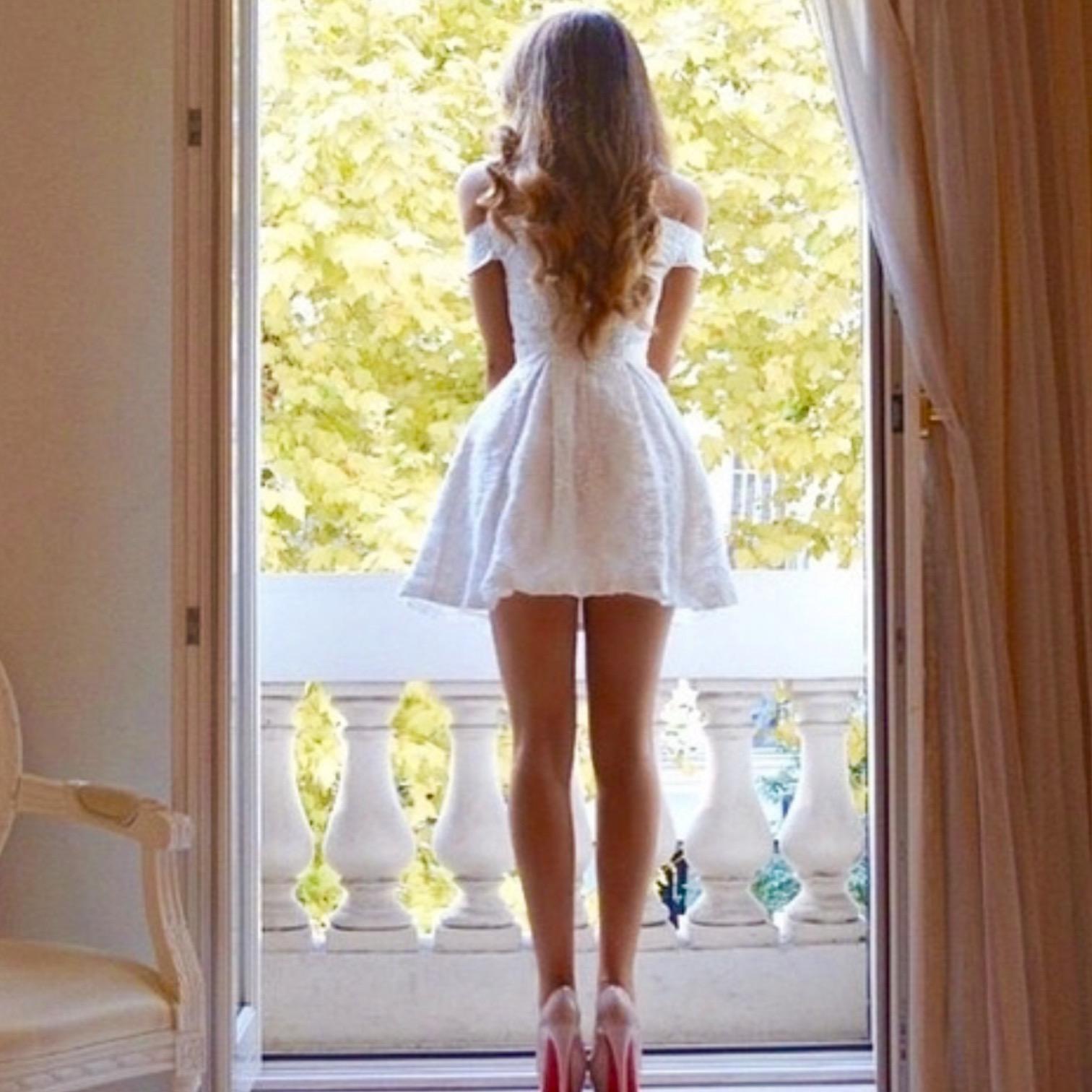 Фото девушки в платье на аву в вк